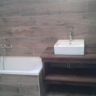 Carrelage mur et baignoire imitation bois