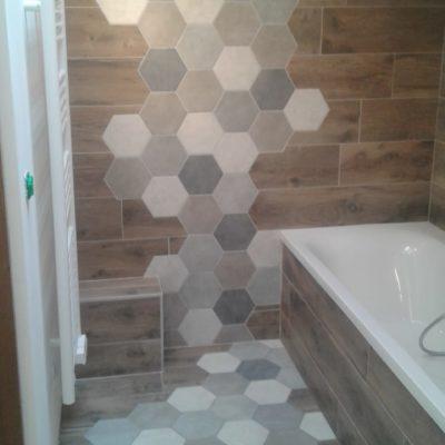 Carrelage salle de bain imitation bois et frise