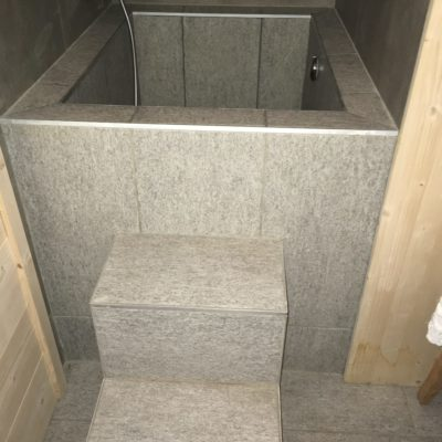 Bain froid carrelé pour un sauna